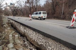 Пътят Асеновград-Смолян пропада
