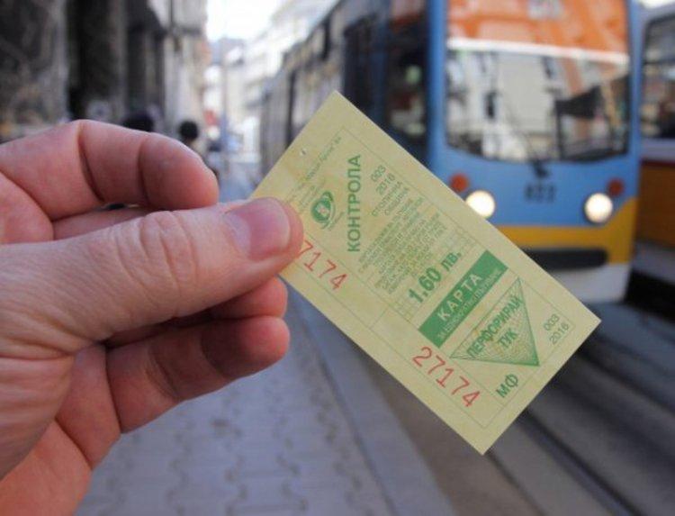 Студент се вози в градския транспорт със стотинки, за да плаща глоба