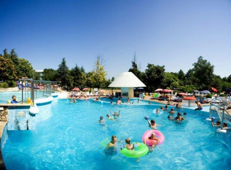 Инцидент в басейн в Албена, борят се за живота на дете