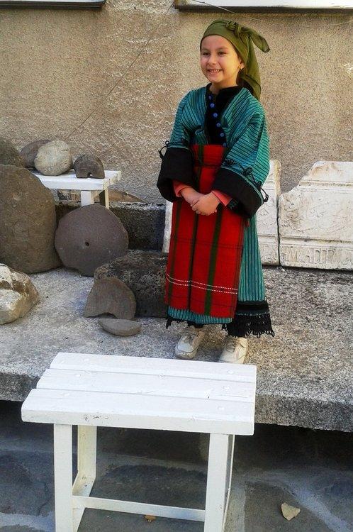 Деца облякоха носии на прадеди, пенсионерите безплатно в музея днес