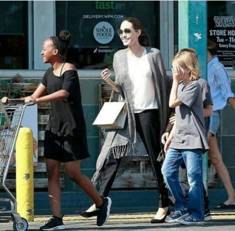 Джоли в болница? Не, на разходка с децата