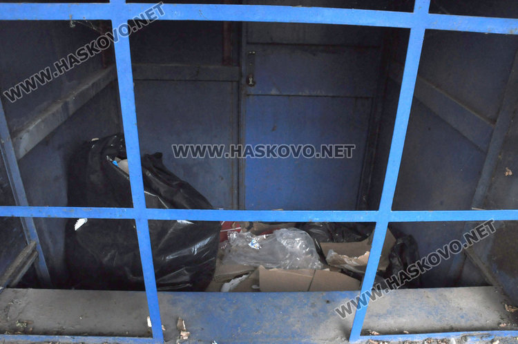 Хасковлии: по спирките липсват пейки, а тази до болницата тъне и в боклук
