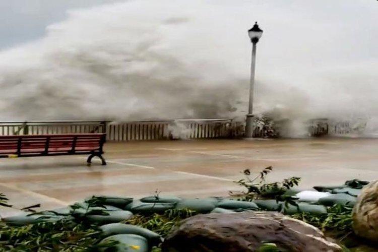 Тайфунът Мангхут тресе небостъргачи (видео)
