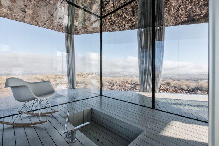 Стъклена къща в пустинята