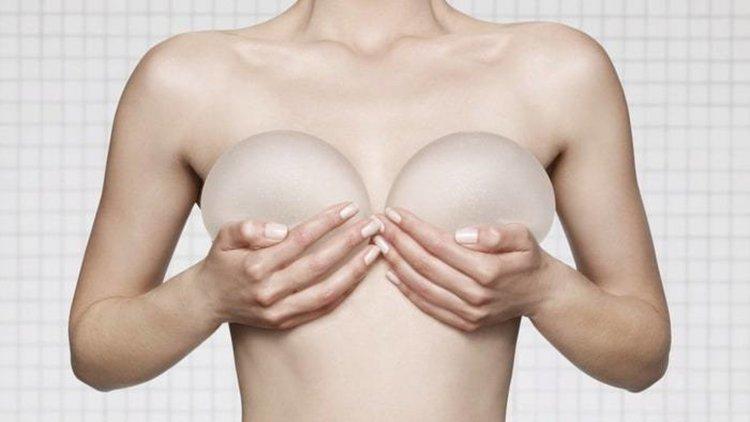 Милиони жени по света носят импланти, свързвани с рядка форма на рак