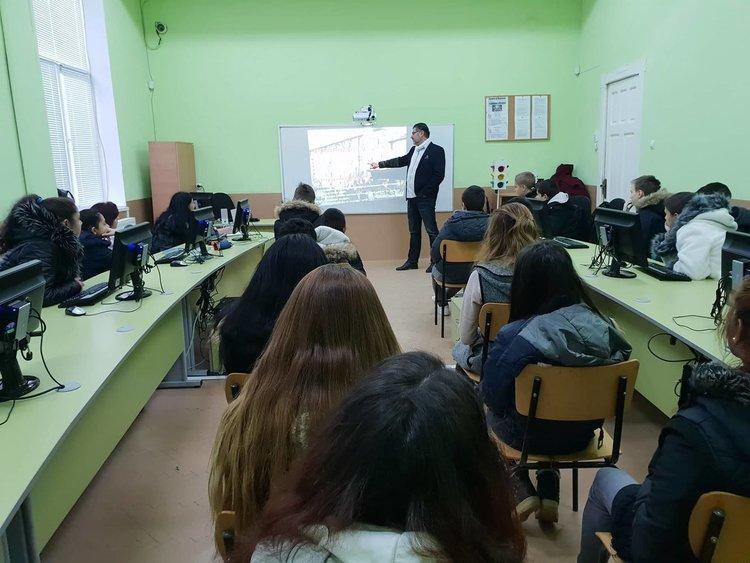 Ученици от село Градина разговаряха със съдия Здравчев за наркотиците