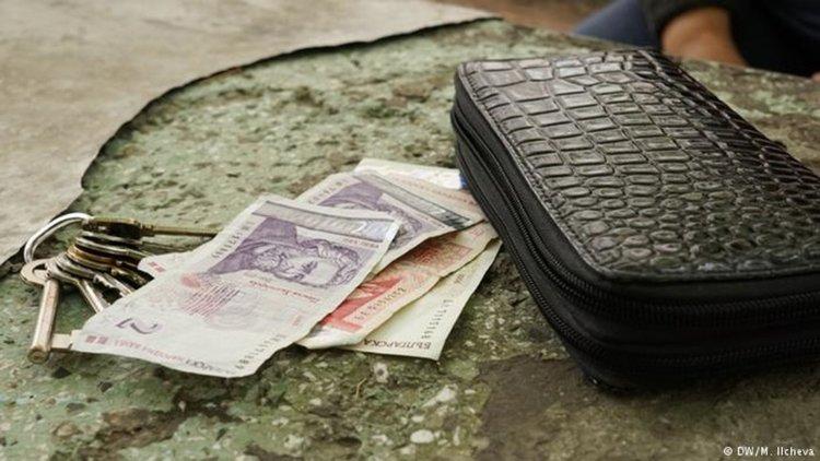 Работиш, но пак нямаш пари: не само в България