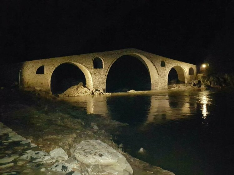Сянката на хубавица вградена в Дяволския мост