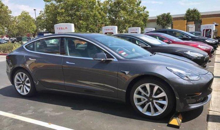 Tesla затваря всичките си магазини и намаля цената на Model 3