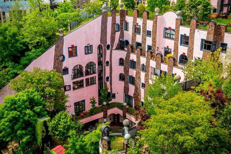 Зелената цитадела - сградата, която сякаш танцува на вятъра в розово (видео)