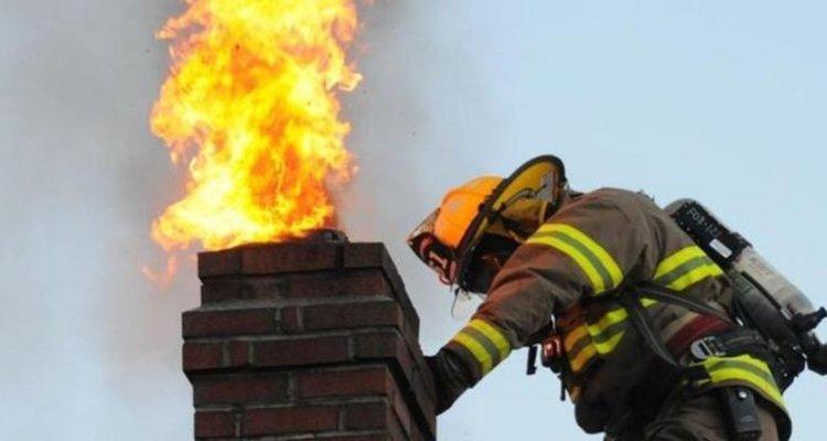 За ден горяха два комина, контейнер и сухи треви, пожарникарите спасиха 50 декара гора