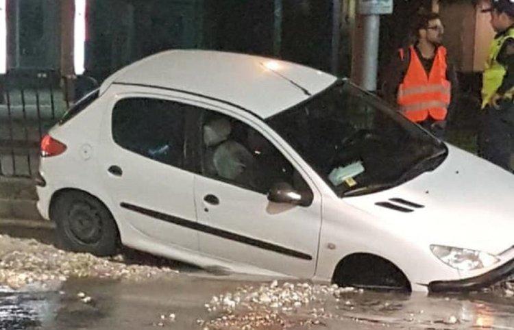 Кола пропадна в изкоп от ВиК ремонт в Пловдив