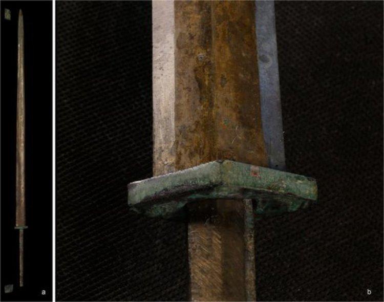 (A) Бронзов меч от Теракотената армия (B) Детайл от дръжката и острието на друг меч. Кредит: Martinón-Torres et al, doi: 10.1038/s41598-019-40613-7.