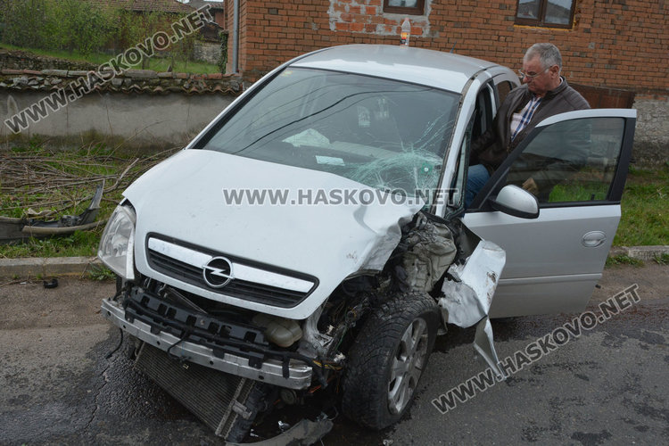 Шофьор на Опел се заби в стълб и го пречупи
