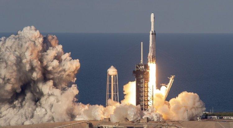 100% успех: SpaceX приземи и трите бустера на Falcon Heavy (видео)