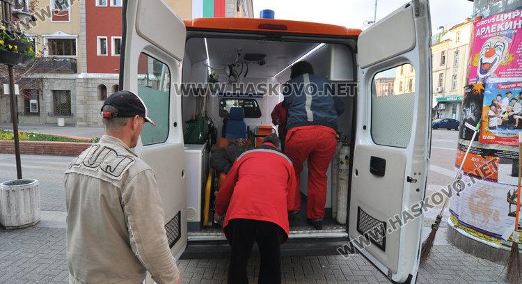 Мъж припадна пред община Хасково