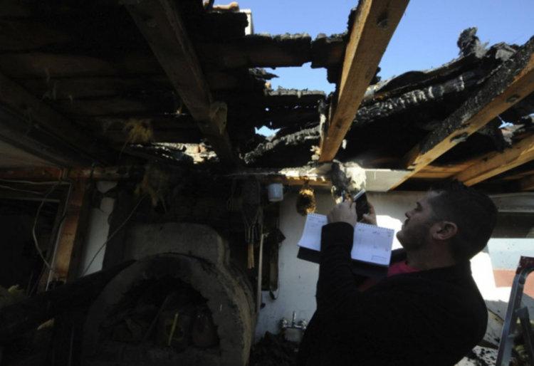 Неизправни електроуреди предизвикаха пожар, изпепелил къща