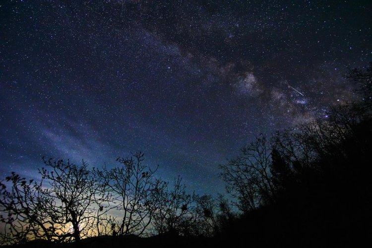 Небесен спектакъл: Тази нощ наблюдаваме пика на метеорния поток Лириди