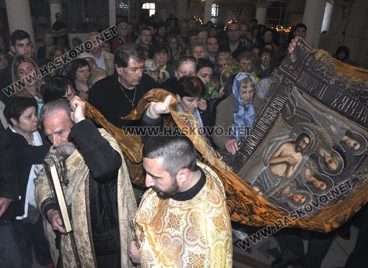 На Разпети петък миряни минаха под плащаницата в хасковските храмове