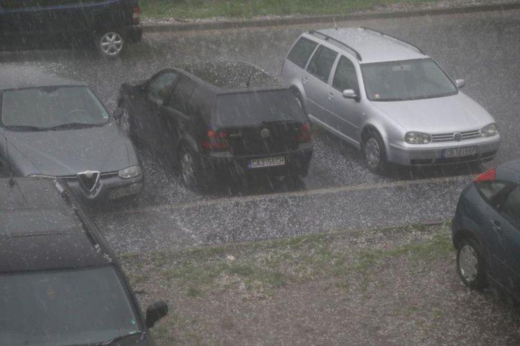 Силна гръмотевична буря над София, пренасочиха полети към Варна и Бургас