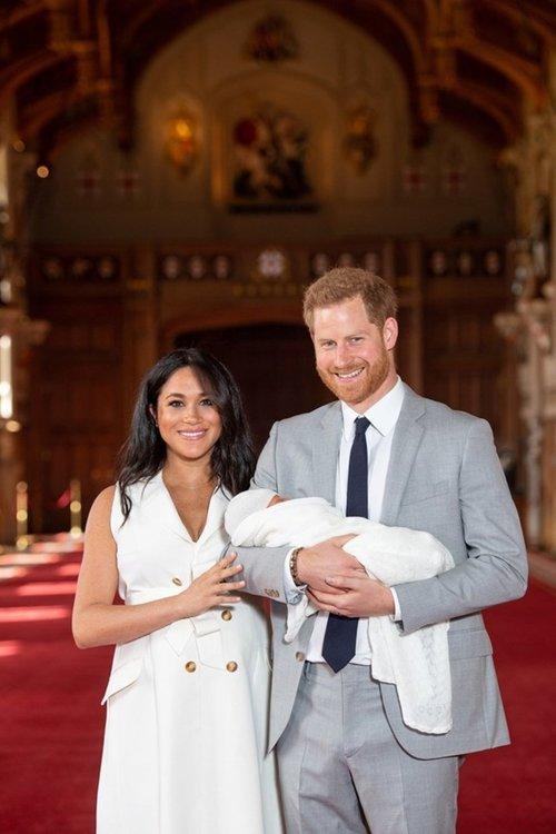 Кралско бебе: Хари и Меган показаха сина си на света