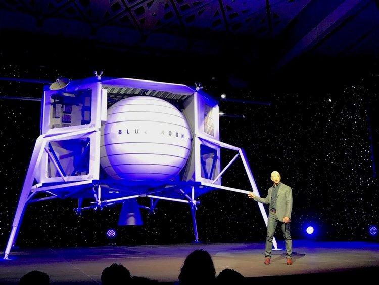 Джеф Безос показа спускаемия апарат за Луната (видео)