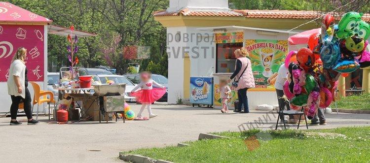 """Входа на парк """"Вапцаров"""" преди премахването на сергиите"""