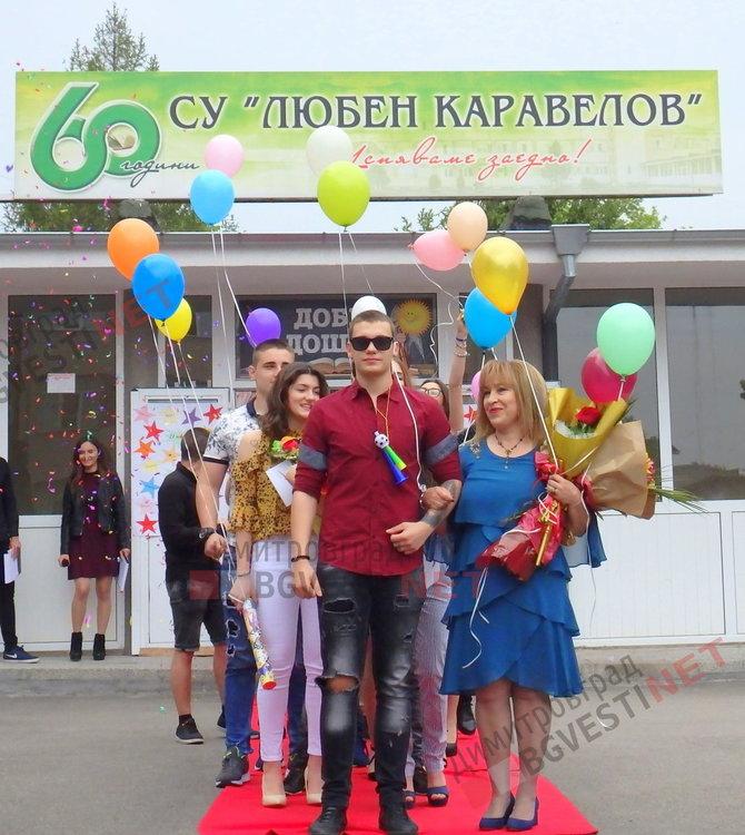 """По вода и цветни облаци изпратиха своите абитуриенти от СУ """"Любен Каравелов"""""""