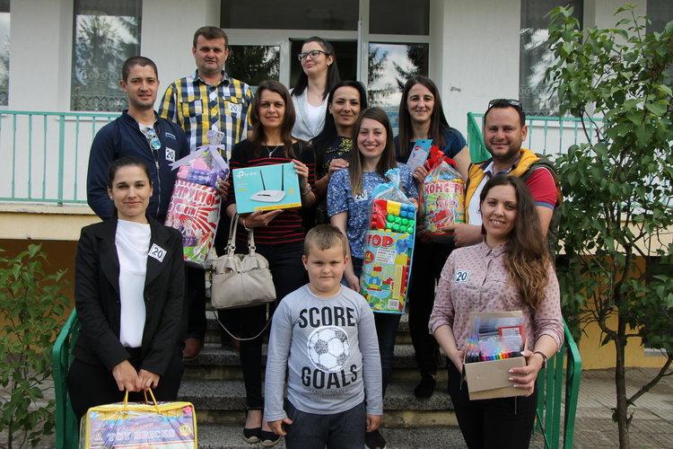 Младежи от ДПС-Ардино зарадваха децата в детските градини с подаръци