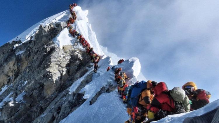 Девет са вече жертвите на претъпкания с хора Еверест