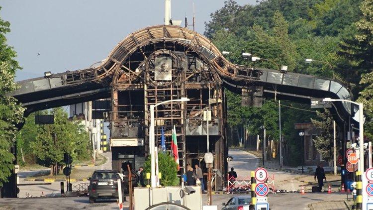 """Пожар остави само скелет от митницата на пункт """"Златарево"""" (видео)"""
