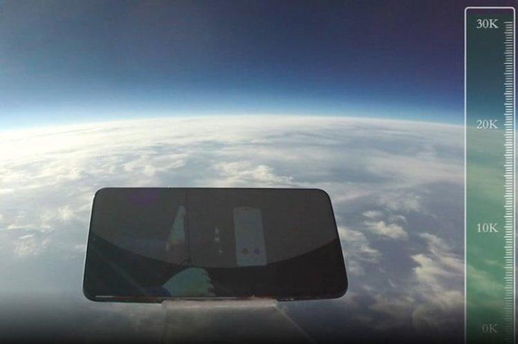 Пуснаха китайския iQOO от 31 км височина и оцеля (видео)