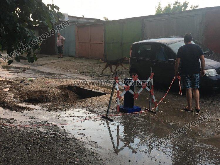 """Проливният дъжд отново изрови дупка на улица """"Акация"""""""