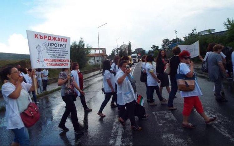 Медицински специалисти блокираха пътя за Маказа, готвят протест в Кърджали