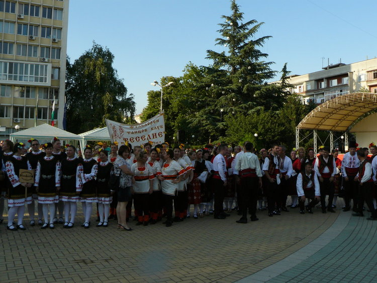 """Над 720 танцьори, певци, музиканти и майстори-занаятчии участваха във фестивала """"С танците на дедите ни"""""""