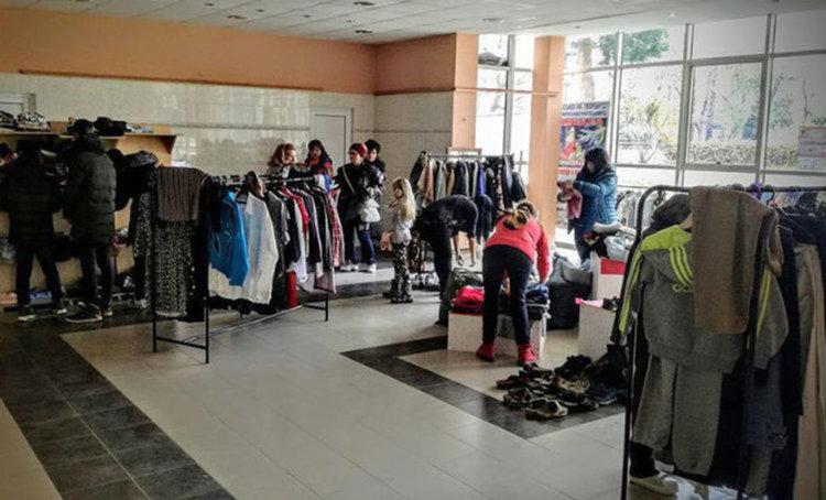 Останалите невзети дрехи от миналогодишната размяна бяха занесени в Дома за възрастни хора с физически увреждания, а 3 големи чанти с детски дрехи да подарени на ЦОП. Снимка: ЦМИР - Асеновград
