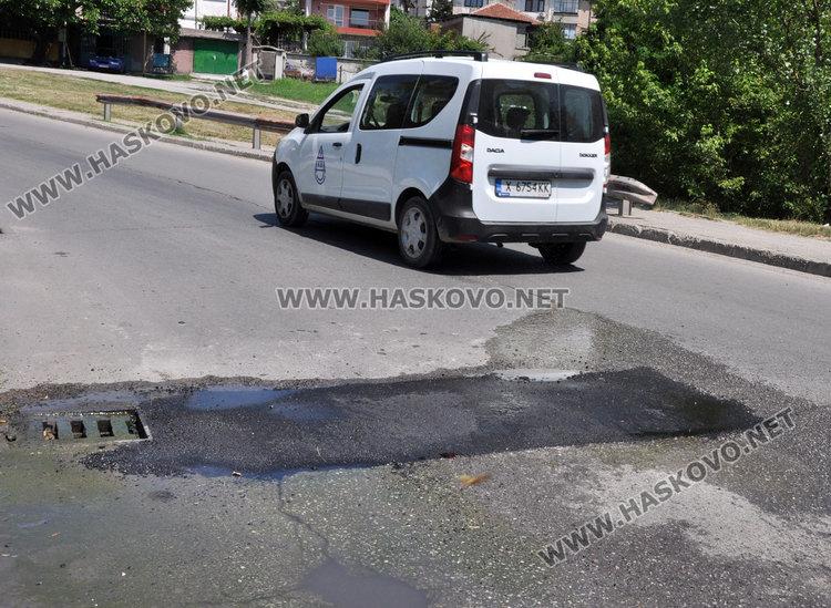 """Асфалтираха обезопасената с камъни дупка на """"Дунав"""", но още блика вода"""