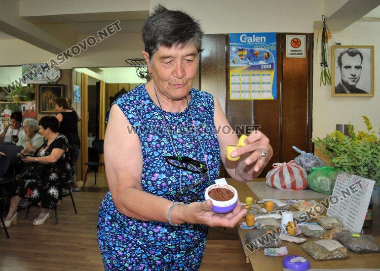 Билкарка от Хасково вдигна на крака 80-годишен с шипове, черпи с чай за Еньовден