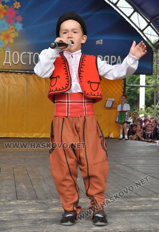 """Фолклорен концерт и еньовденска украса в първия ден на """"Хасково срещу дрогата"""""""