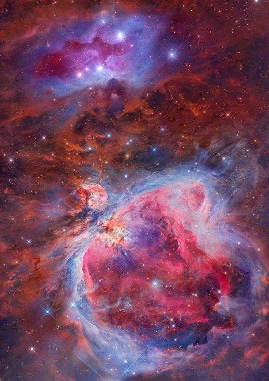 Мъглявината Орион, известна още като Месие 42, М42 или NGC 1976, е дифузна мъглявина, разположена в Млечния път. Това е една от най-ярките мъглявини и се вижда с просто око на нощното небе. изображението е резултат от усилията на двама астрофотографи, които са избрали обща цел на областта Орионски меч (една от най-красивите зони на нашето нощно небе), използвайки различно оборудване от техните обсерватории, които са разположени на стотици километри една от друга.