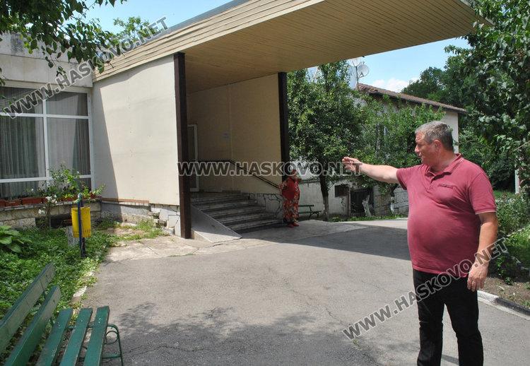 Вляво от централния вход ще е новата рампа, показва директорът Пламен Кузманов
