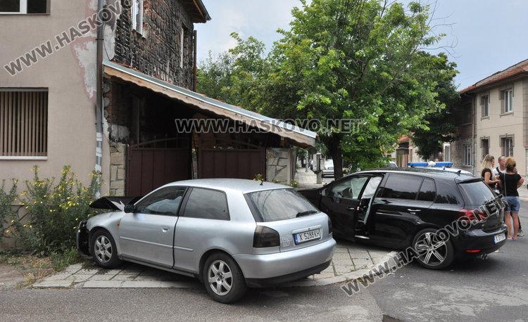 Отнето предимство прати две коли в къща