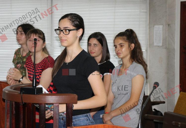 """Осъдиха две непълнолетни момичета от ПМГ """"Иван Вазов"""" за хулиганство, после ги наградиха"""