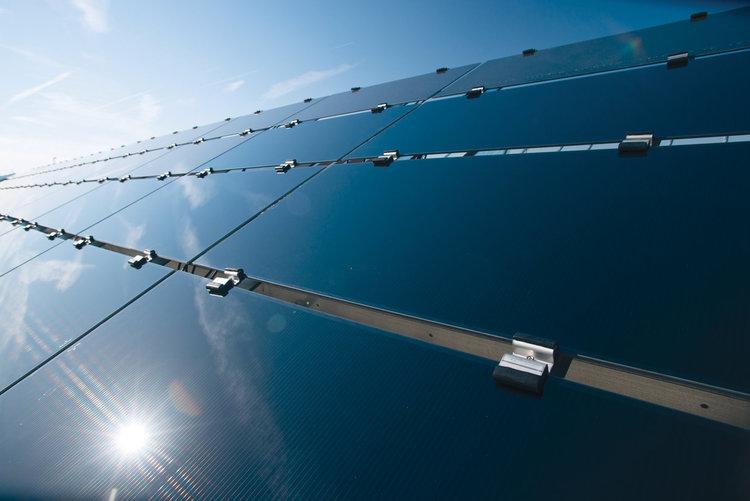 Преодоляха теоретичния предел на КПД на силициевите слънчеви панели