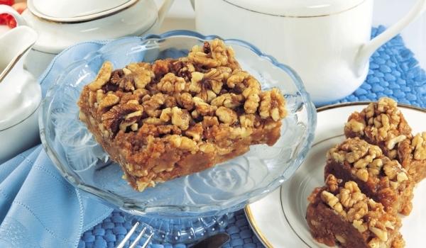 Бисквитена торта с локум и орехи