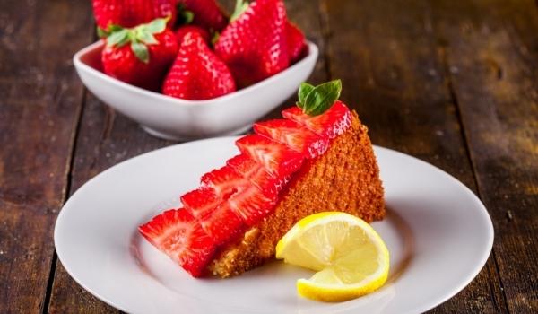Икономична торта с ягоди