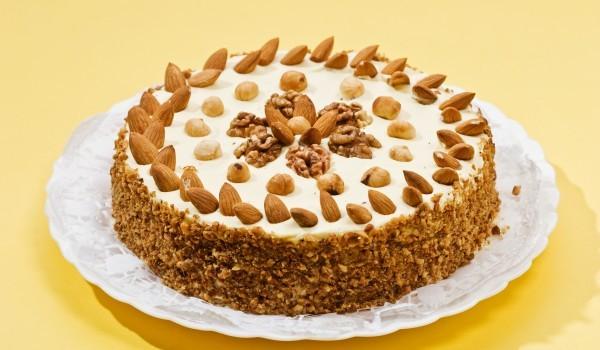 Медена торта с орехи