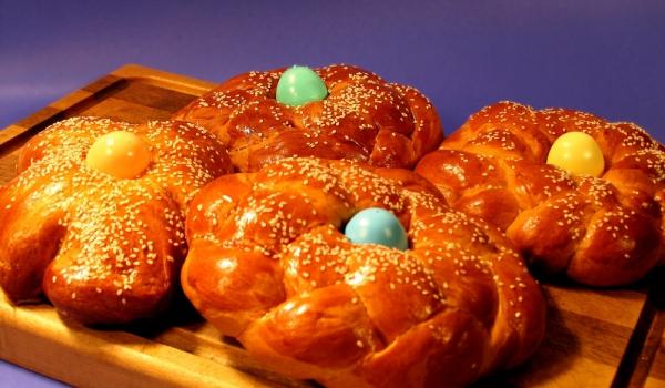 Великденски венец с шарени яйца