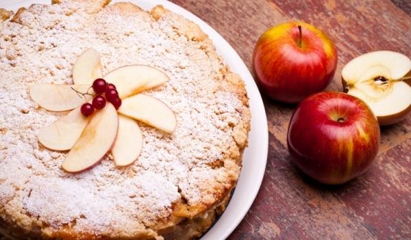 Кекс с червени ябълки