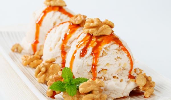 Сладолед със сос от кайсии